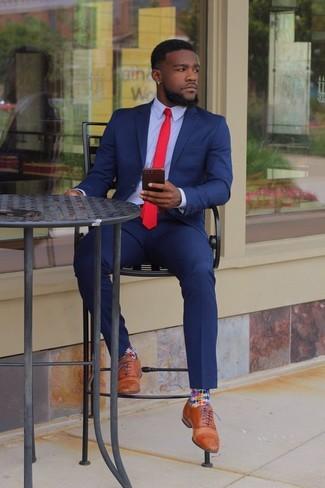Cómo combinar: traje azul, camisa de vestir celeste, zapatos oxford de cuero marrón claro, corbata roja