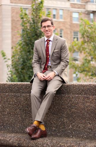 Cómo combinar: traje gris, camisa de vestir blanca, zapatos oxford de cuero marrónes, corbata estampada roja