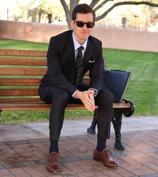 Cómo combinar: traje negro, camisa de vestir violeta claro, zapatos oxford de cuero marrónes, bolso con cremallera de cuero negro