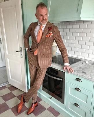 Cómo combinar: traje de rayas verticales marrón, camisa de vestir blanca, zapatos oxford de cuero en tabaco, corbata naranja
