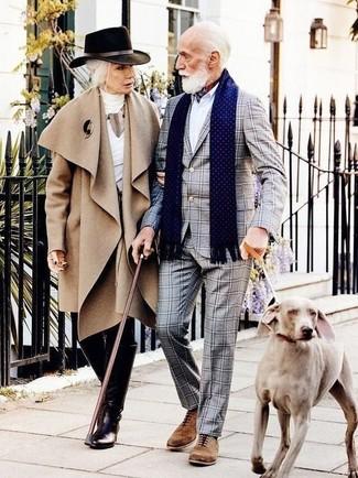 Cómo combinar: traje a cuadros gris, camisa de vestir blanca, zapatos oxford de ante marrónes, bandana en blanco y rojo y azul marino
