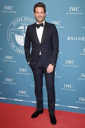 Cómo combinar: traje azul marino, camisa de vestir blanca, zapatos oxford de ante negros, corbatín negro