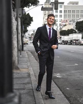 Cómo combinar: traje negro, camisa de vestir violeta claro, zapatos oxford de cuero negros, corbata morado