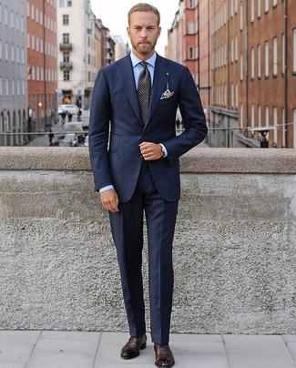 Cómo combinar: traje azul marino, camisa de vestir celeste, zapatos oxford de cuero burdeos, corbata a lunares negra