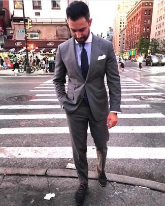 Cómo combinar: traje gris, camisa de vestir de rayas verticales violeta claro, zapatos oxford de ante en gris oscuro, corbata de punto en violeta