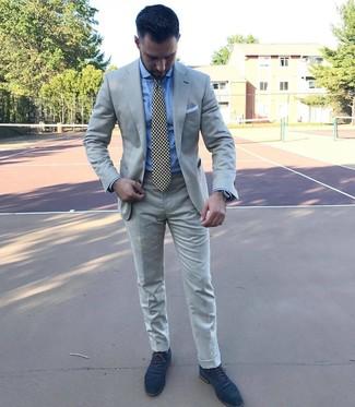 Cómo combinar: traje gris, camisa de vestir celeste, zapatos oxford de ante azul marino, corbata estampada en negro y blanco