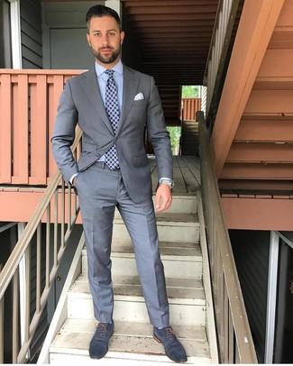 Cómo combinar un pañuelo de bolsillo estampado en blanco y azul: Opta por un traje gris y un pañuelo de bolsillo estampado en blanco y azul para una apariencia fácil de vestir para todos los días. Elige un par de zapatos oxford de cuero azul marino para mostrar tu inteligencia sartorial.