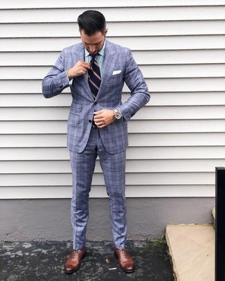 Cómo combinar: traje de tartán celeste, camisa de vestir de rayas verticales verde, zapatos oxford de cuero marrónes, corbata de rayas verticales azul marino