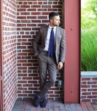 Cómo combinar un pañuelo de bolsillo gris: Usa un traje de tartán marrón y un pañuelo de bolsillo gris para un almuerzo en domingo con amigos. Dale onda a tu ropa con zapatos oxford de cuero azul marino.