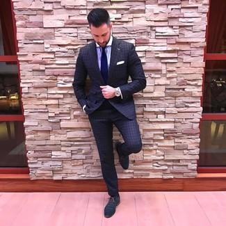 Cómo combinar: traje a cuadros en gris oscuro, camisa de vestir de rayas verticales violeta claro, zapatos oxford de cuero azul marino, corbata azul marino