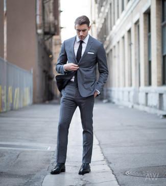 Look de moda: Traje en gris oscuro, Camisa de vestir blanca, Zapatos oxford de cuero negros, Corbata negra