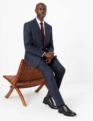 Cómo combinar: traje de rayas verticales en gris oscuro, camisa de vestir blanca, zapatos oxford de cuero negros, corbata burdeos