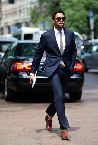 Cómo combinar unos zapatos oxford de cuero marrónes: Usa un traje azul marino y una camisa de vestir blanca para una apariencia clásica y elegante. Zapatos oxford de cuero marrónes son una opción grandiosa para complementar tu atuendo.