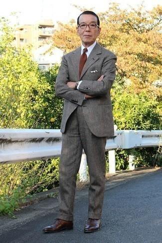Cómo combinar unos zapatos oxford de cuero en marrón oscuro en primavera 2021: Empareja un traje de lana de tartán en gris oscuro con una camisa de vestir blanca para un perfil clásico y refinado. Zapatos oxford de cuero en marrón oscuro son una opción inigualable para complementar tu atuendo. ¿En busca de un look ideal para las jornadas de primavera? No tiene que buscar  más : este es el look perfecto.