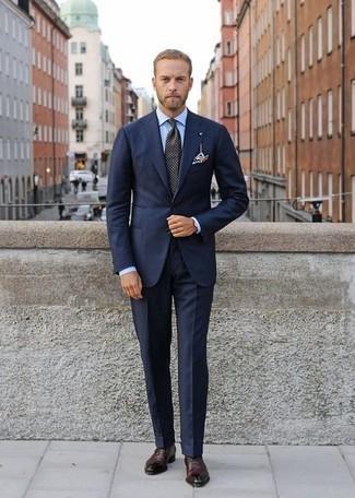 Cómo combinar un traje azul marino: Casa un traje azul marino con una camisa de vestir celeste para un perfil clásico y refinado. Zapatos oxford de cuero burdeos son una opción buena para completar este atuendo.