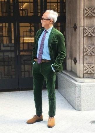 Cómo combinar un traje verde oscuro: Utiliza un traje verde oscuro y una camisa de vestir celeste para rebosar clase y sofisticación. Zapatos oxford de ante en tabaco son una opción buena para completar este atuendo.