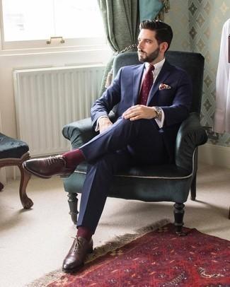Cómo combinar una corbata a lunares burdeos: Intenta combinar un traje azul marino junto a una corbata a lunares burdeos para rebosar clase y sofisticación. ¿Quieres elegir un zapato informal? Elige un par de zapatos oxford de cuero en marrón oscuro para el día.