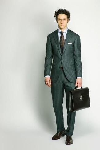 Cómo combinar un traje verde oscuro: Empareja un traje verde oscuro con una camisa de vestir celeste para una apariencia clásica y elegante. Zapatos oxford de cuero en marrón oscuro son una opción incomparable para complementar tu atuendo.