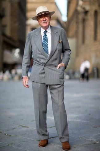 Cómo combinar una corbata a lunares azul: Haz de un traje de rayas verticales gris y una corbata a lunares azul tu atuendo para rebosar clase y sofisticación. Zapatos oxford de ante marrónes son una opción atractiva para completar este atuendo.