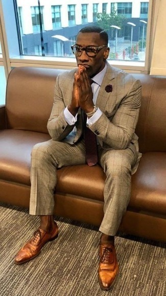 Cómo combinar una corbata a lunares burdeos: Emparejar un traje marrón claro con una corbata a lunares burdeos es una opción práctica para una apariencia clásica y refinada. Si no quieres vestir totalmente formal, elige un par de zapatos oxford de cuero en tabaco.