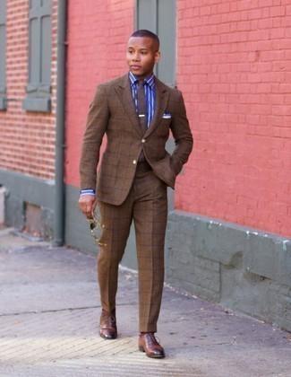 Cómo combinar un traje a cuadros marrón: Opta por un traje a cuadros marrón y una camisa de vestir de rayas verticales azul para rebosar clase y sofisticación. Zapatos oxford de cuero marrónes proporcionarán una estética clásica al conjunto.