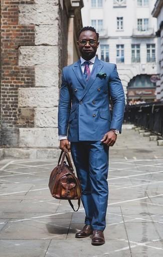 Cómo combinar un pañuelo de bolsillo verde oscuro: Opta por un traje azul y un pañuelo de bolsillo verde oscuro para un almuerzo en domingo con amigos. ¿Te sientes valiente? Complementa tu atuendo con zapatos oxford de cuero en marrón oscuro.