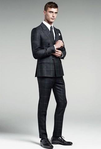 Cómo combinar una corbata negra: Emparejar un traje a cuadros negro junto a una corbata negra es una opción muy buena para una apariencia clásica y refinada. ¿Quieres elegir un zapato informal? Opta por un par de zapatos oxford de cuero negros para el día.