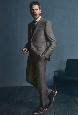 Cómo combinar un pañuelo de bolsillo gris: Para un atuendo que esté lleno de caracter y personalidad elige un traje gris y un pañuelo de bolsillo gris. Con el calzado, sé más clásico y elige un par de zapatos oxford de cuero en marrón oscuro.