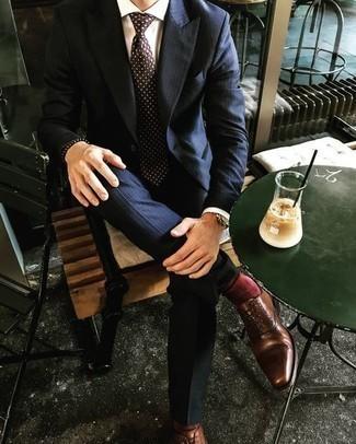 Cómo combinar una corbata a lunares en marrón oscuro: Intenta ponerse un traje de rayas verticales azul marino y una corbata a lunares en marrón oscuro para rebosar clase y sofisticación. Zapatos oxford de cuero marrónes son una opción estupenda para completar este atuendo.