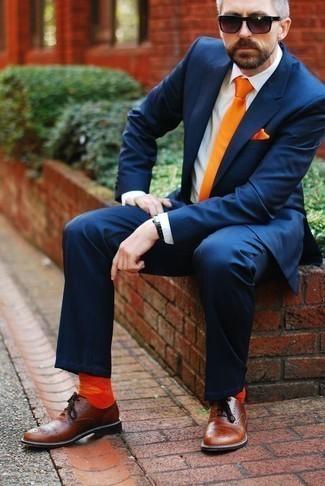 Cómo combinar unos calcetines naranjas: Elige un traje azul marino y unos calcetines naranjas para lidiar sin esfuerzo con lo que sea que te traiga el día. Con el calzado, sé más clásico y haz zapatos oxford de cuero marrónes tu calzado.