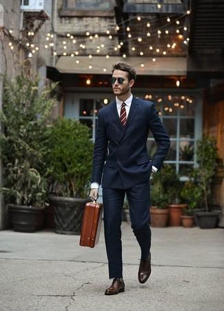 Cómo combinar un portafolio de cuero marrón: Opta por un traje azul marino y un portafolio de cuero marrón para una apariencia fácil de vestir para todos los días. ¿Te sientes valiente? Complementa tu atuendo con zapatos oxford de cuero en marrón oscuro.