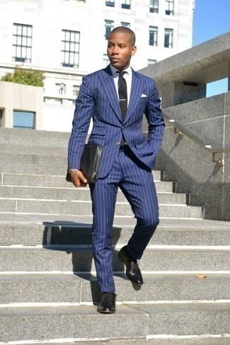 Cómo combinar un traje de rayas verticales azul: Usa un traje de rayas verticales azul y una camisa de vestir blanca para una apariencia clásica y elegante. Zapatos oxford de cuero negros son una opción inigualable para completar este atuendo.
