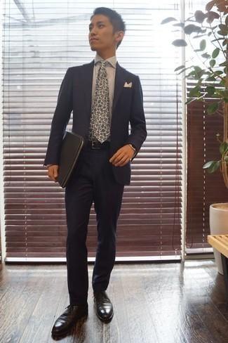 Cómo combinar una camisa de vestir de rayas verticales blanca: Considera emparejar una camisa de vestir de rayas verticales blanca con un traje azul marino para rebosar clase y sofisticación. Zapatos oxford de cuero negros son una opción muy buena para complementar tu atuendo.