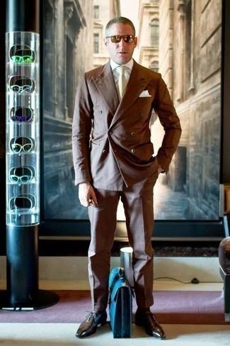 Cómo combinar unos calcetines marrónes: Equípate un traje marrón con unos calcetines marrónes para lidiar sin esfuerzo con lo que sea que te traiga el día. Con el calzado, sé más clásico y elige un par de zapatos oxford de cuero en marrón oscuro.