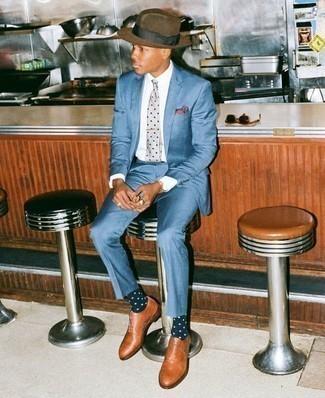 Cómo combinar un sombrero de lana marrón: Empareja un traje azul con un sombrero de lana marrón para un look diario sin parecer demasiado arreglada. Con el calzado, sé más clásico y completa tu atuendo con zapatos oxford de cuero en tabaco.