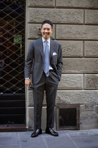Cómo combinar una corbata a lunares en azul marino y blanco: Equípate un traje a cuadros en gris oscuro junto a una corbata a lunares en azul marino y blanco para una apariencia clásica y elegante. Zapatos oxford de cuero negros son una opción atractiva para completar este atuendo.