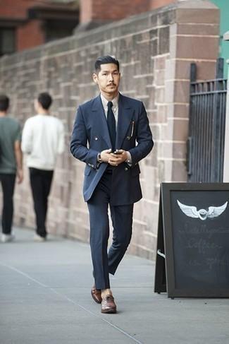 Cómo combinar un traje azul marino: Ponte un traje azul marino y una camisa de vestir blanca para un perfil clásico y refinado. Zapatos oxford de cuero marrónes son una opción muy buena para completar este atuendo.