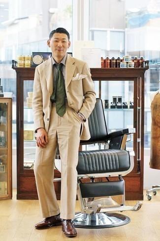 Cómo combinar un traje en beige: Empareja un traje en beige junto a una camisa de vestir gris para una apariencia clásica y elegante. Zapatos oxford de cuero marrónes son una opción perfecta para complementar tu atuendo.