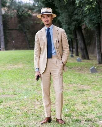 Cómo combinar un traje en beige: Casa un traje en beige con una camisa de vestir de rayas verticales celeste para un perfil clásico y refinado. Un par de zapatos oxford de cuero marrónes se integra perfectamente con diversos looks.
