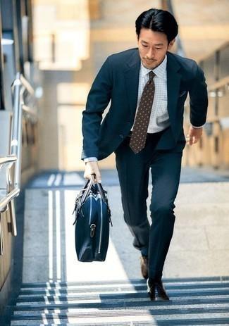 Cómo combinar unos zapatos oxford de cuero marrónes: Empareja un traje azul marino junto a una camisa de vestir a cuadros blanca para una apariencia clásica y elegante. Zapatos oxford de cuero marrónes son una opción atractiva para complementar tu atuendo.