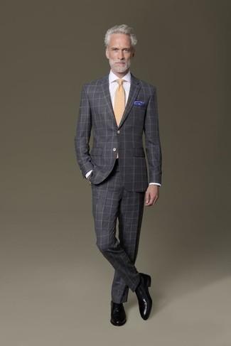 Cómo combinar unos zapatos oxford de cuero negros: Emparejar un traje a cuadros en gris oscuro junto a una camisa de vestir blanca es una opción práctica para una apariencia clásica y refinada. Zapatos oxford de cuero negros son una opción grandiosa para complementar tu atuendo.