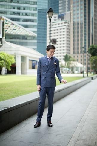 Cómo combinar un pañuelo de bolsillo a lunares azul: Para crear una apariencia para un almuerzo con amigos en el fin de semana opta por un traje azul y un pañuelo de bolsillo a lunares azul. Zapatos oxford de cuero negros son una forma sencilla de mejorar tu look.