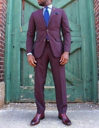 Cómo combinar un traje en violeta: Considera ponerse un traje en violeta y una camisa de vestir blanca para una apariencia clásica y elegante. Zapatos oxford de cuero burdeos son una opción práctica para complementar tu atuendo.