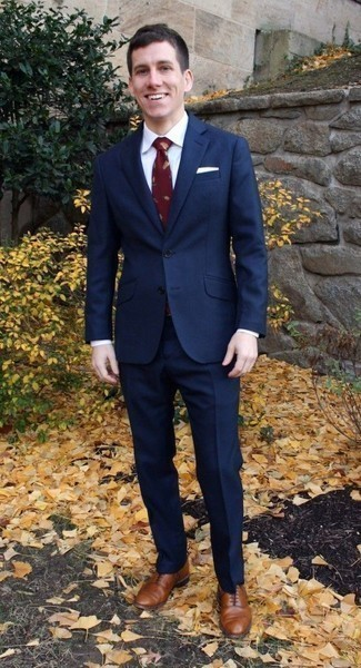 Cómo combinar una corbata estampada burdeos: Emparejar un traje azul marino con una corbata estampada burdeos es una opción estupenda para una apariencia clásica y refinada. ¿Te sientes valiente? Completa tu atuendo con zapatos oxford de cuero marrónes.