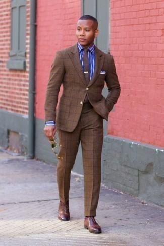 Cómo combinar un traje a cuadros marrón: Intenta ponerse un traje a cuadros marrón y una camisa de vestir de rayas verticales azul para una apariencia clásica y elegante. Haz zapatos oxford de cuero marrónes tu calzado para mostrar tu inteligencia sartorial.