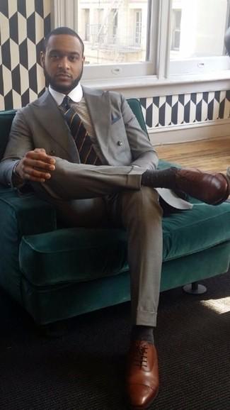 Cómo combinar una corbata de rayas horizontales azul marino: Considera emparejar un traje gris con una corbata de rayas horizontales azul marino para un perfil clásico y refinado. Si no quieres vestir totalmente formal, complementa tu atuendo con zapatos oxford de cuero marrónes.