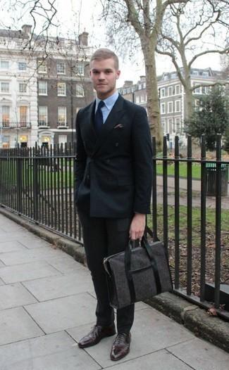Cómo combinar unos calcetines: Casa un traje negro con unos calcetines para cualquier sorpresa que haya en el día. Elige un par de zapatos oxford de cuero en marrón oscuro para mostrar tu inteligencia sartorial.