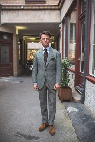 Cómo combinar un pañuelo de bolsillo estampado en marrón oscuro: Ponte un traje de tartán gris y un pañuelo de bolsillo estampado en marrón oscuro para lidiar sin esfuerzo con lo que sea que te traiga el día. Agrega zapatos oxford de ante marrón claro a tu apariencia para un mejor estilo al instante.
