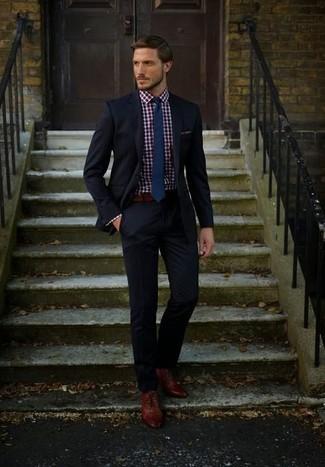 Cómo combinar: traje negro, camisa de vestir de cuadro vichy en rojo y azul marino, zapatos oxford de cuero marrónes, corbata azul marino
