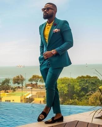 Cómo combinar un traje en verde azulado: Intenta combinar un traje en verde azulado con una camisa polo mostaza para un lindo look para el trabajo. Mocasín de terciopelo bordado negro dan un toque chic al instante incluso al look más informal.